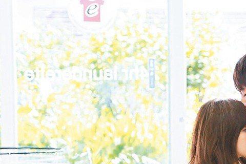 新人吳汶芳唱著「孤獨的總和」,唱片公司找來年輕肉體曹佑寧一舉化解,兩人合拍「不讀不回」MV,女生內心小鹿亂撞,不斷NG被懷疑是自肥。兩人一見面就要演出打情罵俏,吳汶芳還要撒嬌躺在曹佑寧的肩膀上、甚至...