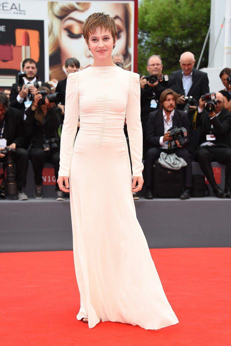 法國女星露德拉阿格穿著 PRADA 象牙白縫線裝飾長袖禮服出席電影《等待The ...