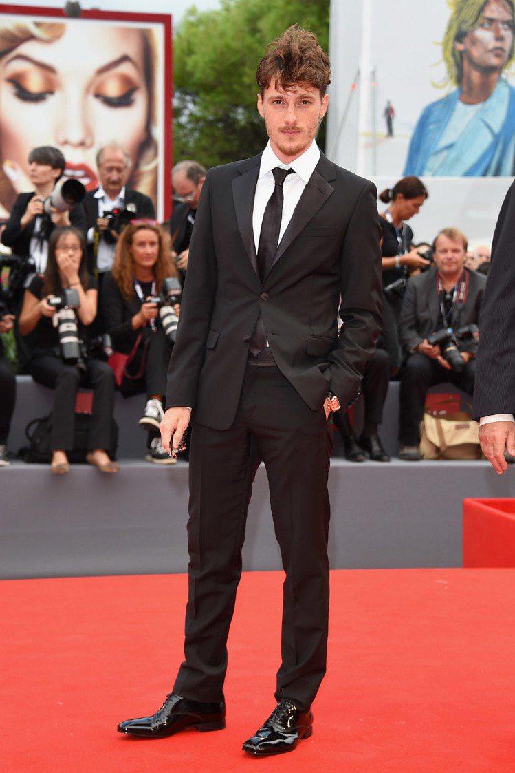 義大利男星 Antonio Folletto 穿著 PRADA 西裝出席電影《等...