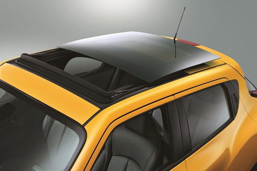 2016年式NISSAN JUKE全新「奔放天窗版」更新增全景式電動天窗,視野升級,遼闊盡收眼底。。 圖/NISSAN提供