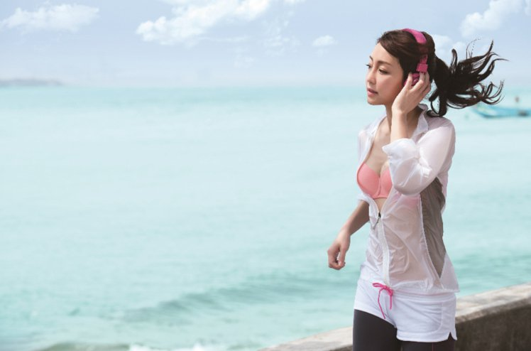 雖然現在有很多外露也美觀的內衣,但並不是人人都想露出蕾絲bra趴趴走。 圖/華歌...