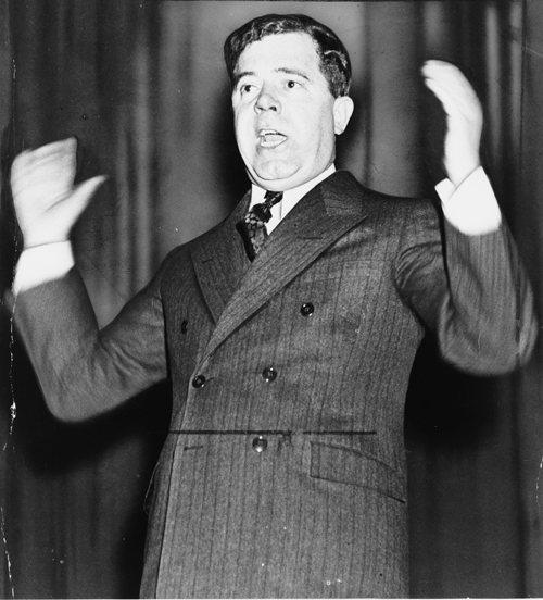 曾任美國路易斯安那州州長和參議員的惠伊‧朗(Huey Long),以幫助窮人之名,跳過州議會的審議對富人增稅。 圖/via Wikimedia CommonsHuey Long