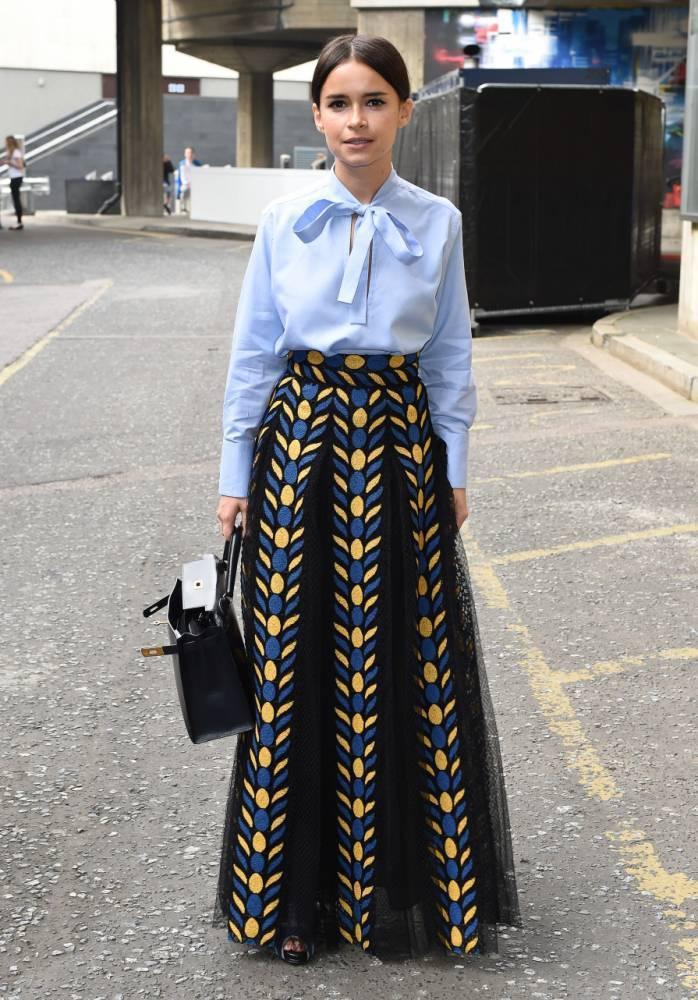 小個子穿長裙,高腰、跟鞋,擇一即可。圖/擷取自metro.co.uk