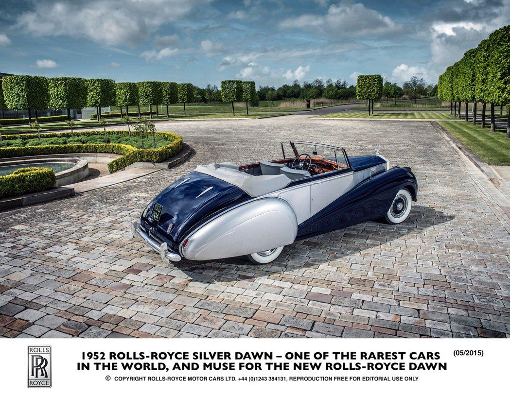 Sliver Dawn以圓潤流線的車身線條及獨特的後輪拱設計,風靡當代。 摘自Rolls-Royce