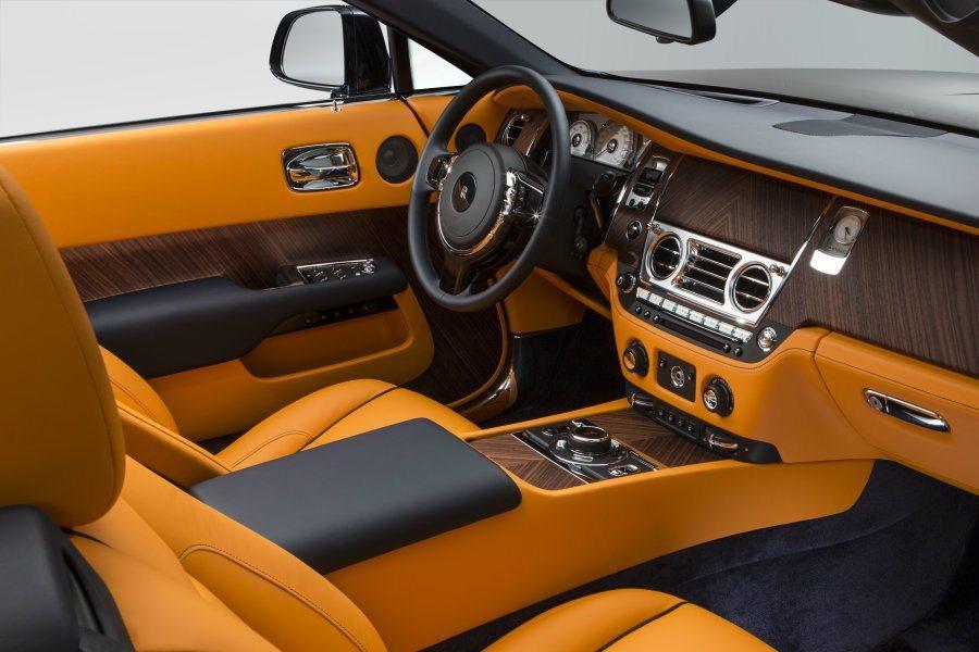 Dawn敞蓬車內裝風格大致承襲雙門版Wraith,以大量手工精製。 摘自Rolls-Royce