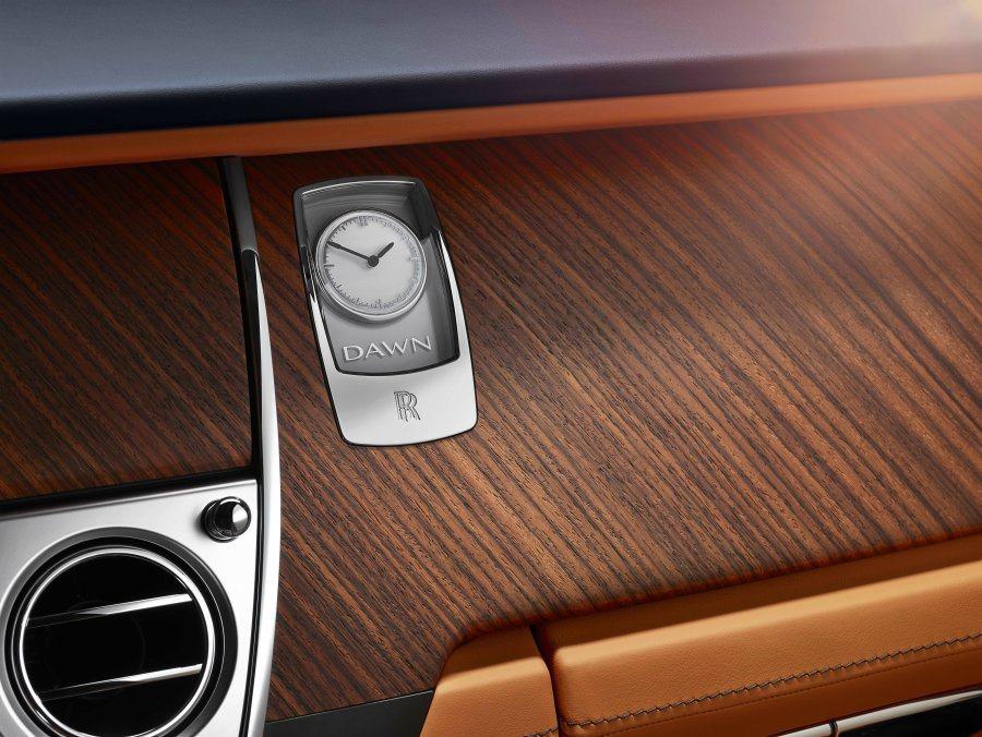 頂級原木、真皮、鍍鉻飾板以及復古時鐘,營造極致奢華車室氛圍。 摘自Rolls-Royce