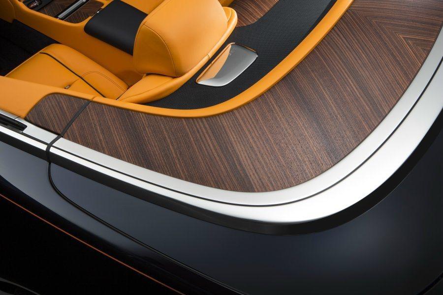 敞蓬外蓋採原木搭配鍍鉻金屬配件妝點,並備有多種木料供選擇,十足考究。 摘自Rolls-Royce