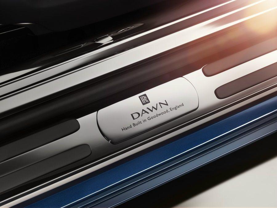 光可鑑人的門檻道盡Dawn車型於英國Goodwood原廠手工打造的貴氣身分。 摘自Rolls-Royce