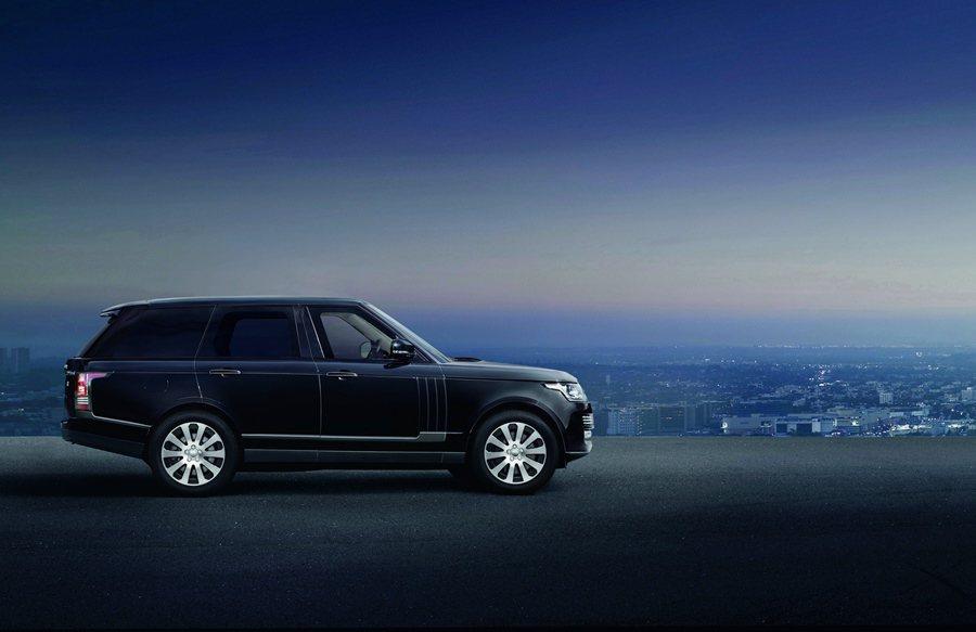 Range Rovder Sentinel是以品牌的奢華旗艦車Range Rover Autobiography標準版加以改造的,具備原有的高度舒適奢華與全功能地形的運動能力,更具備防禦外來攻擊的能力。 圖/Land Rover提供