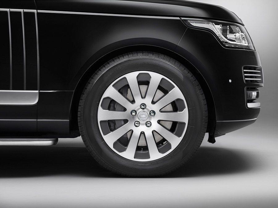 為方便脫逃,它配有防爆續跑輪胎,還有前輪380mm後輪365mm的煞車碟,帶來更好的操控性。 圖/Land Rover提供