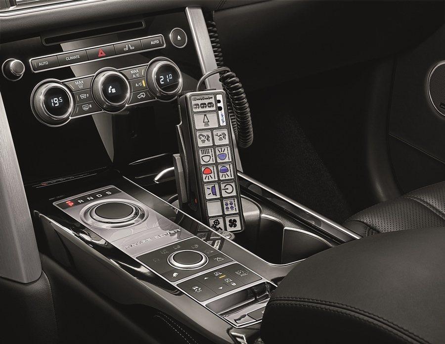 車內也有緊急照明警報器,還有能對外擴音的發話裝置。 圖/Land Rover提供