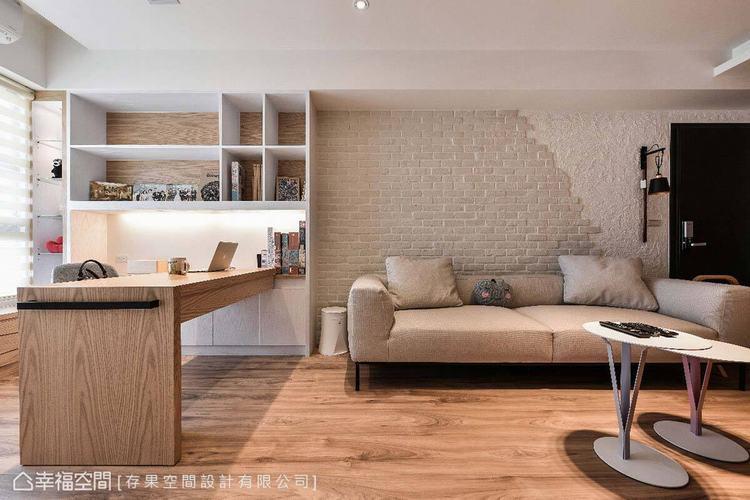 可彈性移動的書桌,亦是多人來訪時的餐廳空間,帶給生活更大的便利性。