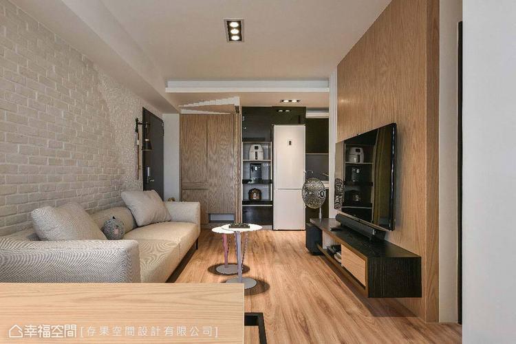 文化石及木紋為空間注入休閒情調,搭配造型簡單的沙發與茶几,創造純粹、自在的生活氛...
