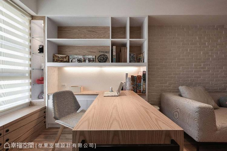 利用窗邊規劃一塊舒適的閱讀空間,並以書桌及書櫃作區域界定,不阻斷光線與空間感,進...