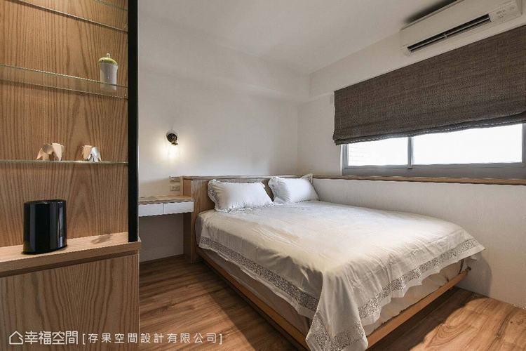 存果空間設計利用上掀收納矮櫃避開床頭壓樑,同時也可增加收納量。