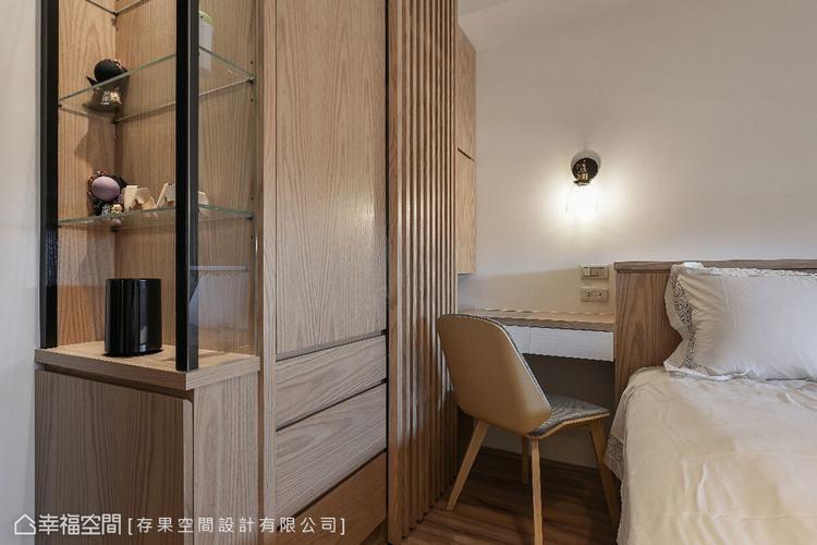 衣櫃結合展示櫃的設計,兼顧視覺美感與實用機能。