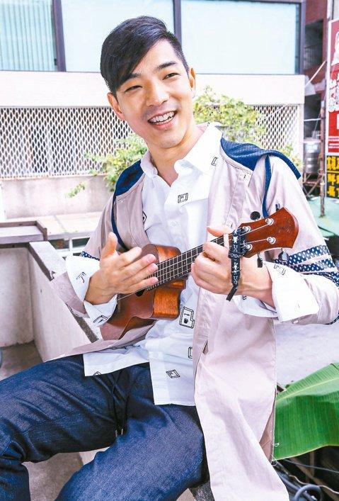 自美返台的王大文,剛發行第2張專輯「快樂不快樂」,強化「暖男」形象,問他快樂嗎?他說:「只要想到等發片的那8年,我現在像在天堂。」王大文比首張專輯更自在、放鬆,「陽光」的感覺一直在,雖然在台北的他,...