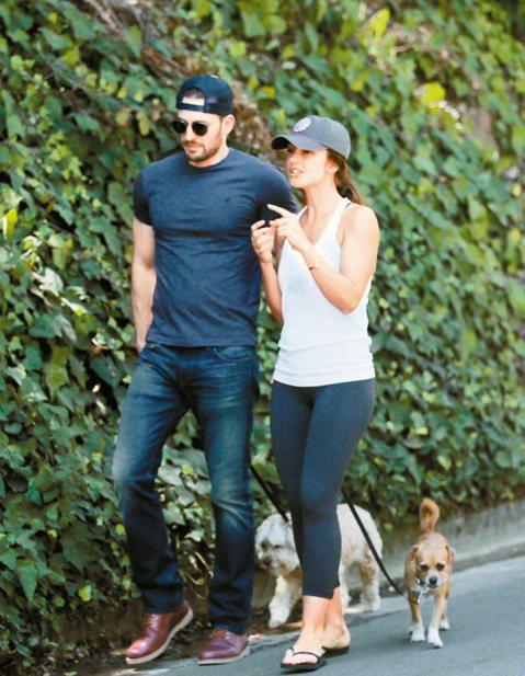 每年9月第1個星期一是美國勞動節,好萊塢明星也放鬆休假。「美國隊長」克里斯伊凡斯和前女友敏卡凱莉一起遛狗,疑似舊情復燃。演員布萊德利庫柏帶女友艾琳娜夏克海灘戲水,媽媽同行。奧斯卡影后珊卓布拉克和珍妮...