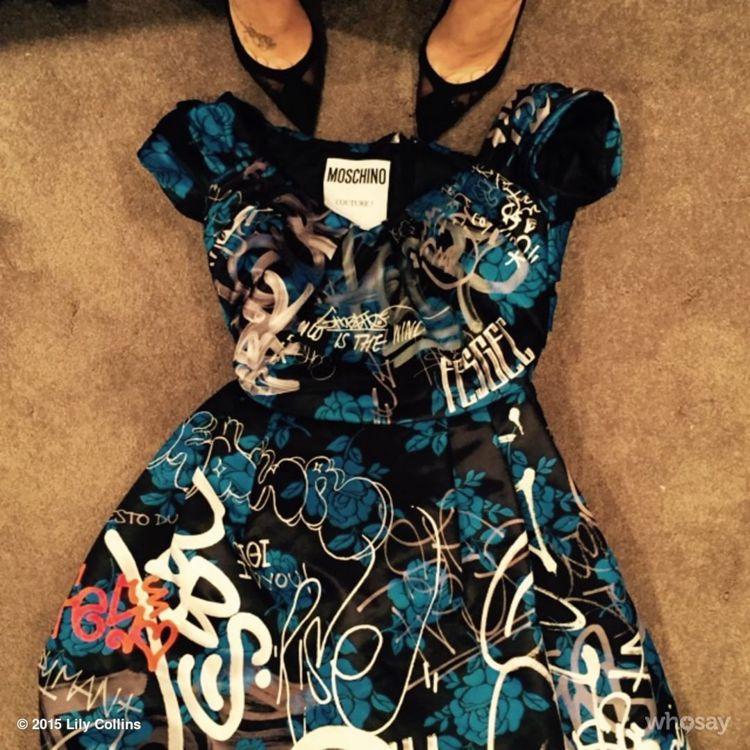莉莉柯林斯穿Moschino 塗鴉印花禮服亮相。圖/擷自instagram