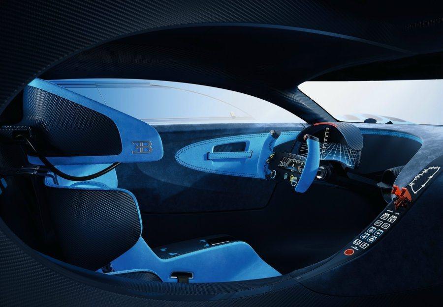內裝打造純賽車座艙氛圍,全液晶儀錶及中控台上跑道顯示幕增添科技感。 摘自Bugatti