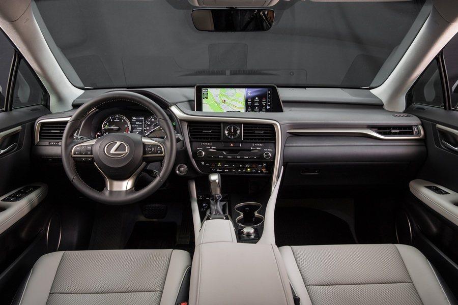 五座配置的座艙經過重新設計,強調精緻工藝,具有多種不同的異材質組合,圖為RX350座艙。 圖/LEXUS提供