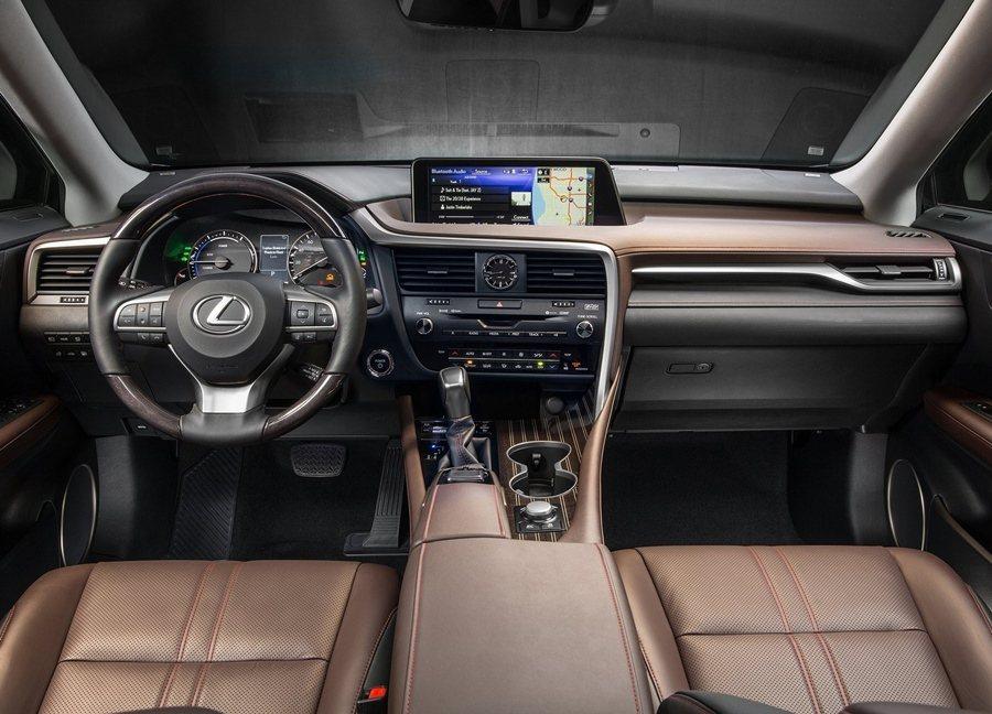 五座配置的座艙經過重新設計,強調精緻工藝,具有多種不同的異材質組合,圖為RX450h。 圖/LEXUS提供