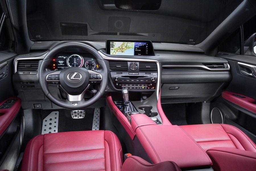 內裝則有酒紅色真皮內裝可選,並配有真皮包覆三輻式車跑車化方向盤,以及鋁質油門和煞車和踩踏板。 圖/LEXUS提供
