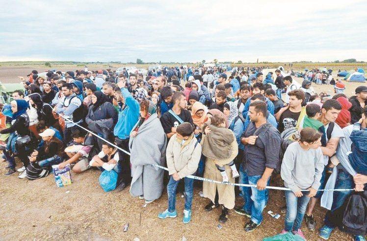 面對蜂擁而至的難民,歐盟打算以強制性配額制要求各國收容難民。 法新社