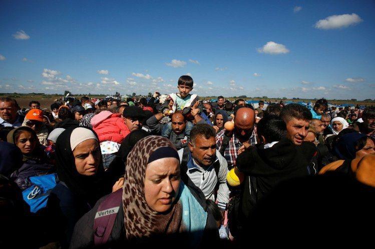移民抵達主要邊界關卡勒斯凱(Roszke)附近。 美聯社