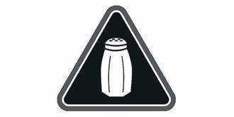 有鹽罐的三角形標籤標示鈉含量過高的產品。 美聯社