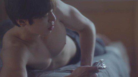 CNBLUE在官方網站公開了隊長鄭容和的個人宣傳片。這是CNBLUE第二張正式專輯主打歌《Cinderella》的最後一版宣傳片。該宣傳片中,鄭容和赤裸上身,仿佛剛剛從睡夢中醒來,發現床邊只剩下一隻...