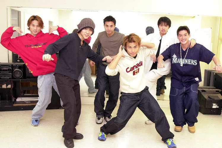 當年號稱台灣本土天團5566在正式對外宣布成軍前,6位團員在宿舍的模樣,除了大師兄孫協志、還有王仁甫、小刀、許孟哲,在後方右二還有一位大家不太熟悉的團員就是「Dino」曾瑋迪啦!人家也算是原始556...
