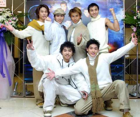 5566在宣布正式成軍出道的記者會上,看六人穿著白色的服裝,是想營造出白馬王子的形象嗎?不過當時他們可是都被稱為「土雞」耶!