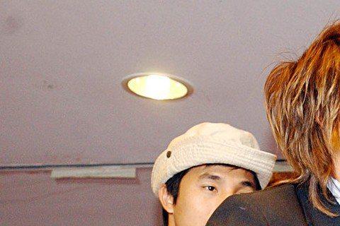 5566出道後在戲劇、主持、唱片上朝多方面發展,看王仁甫與孫協志兩人在活動上玩遊戲,可是很拼命在玩,兩人已經玩到要親上去了!後面的王少偉與許孟哲都驚呆了!