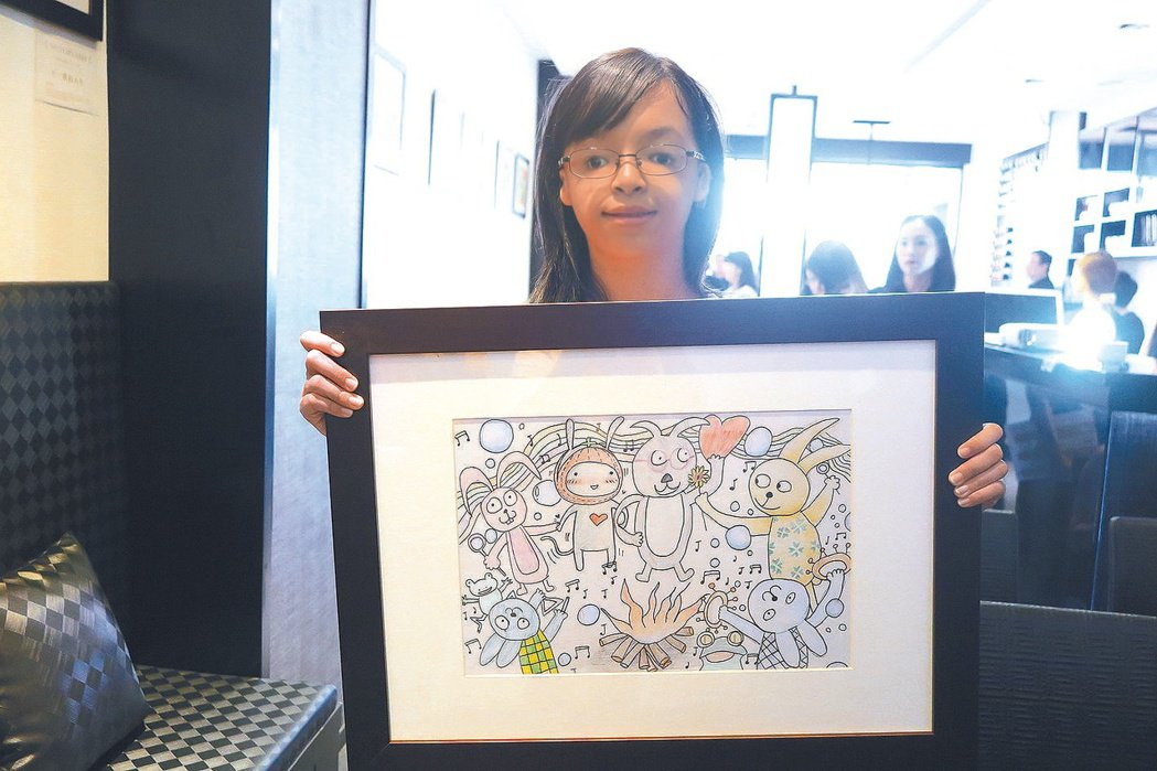 罹患罕見疾病的女孩「倫倫」,捐出創作作品「有你們真好」供義賣募款。 圖/羅慧夫顱...