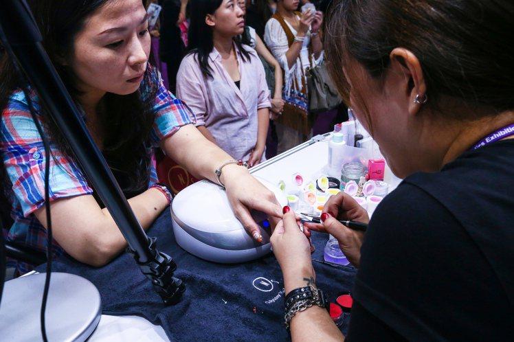 2015台北國際美容化妝品展昨起至9月14日展出,這次化妝品展規劃共有七大展區,...