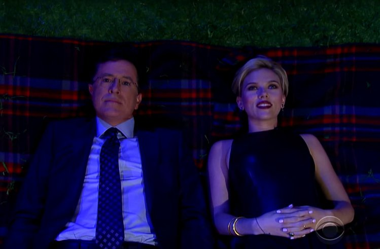 史嘉莉喬韓森和主持人Stephen Colbert在月光下談心。圖/擷自yout...