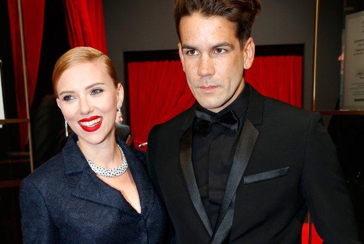 史嘉莉喬韓森去年嫁給法國老公 Romain Dauriac。圖/擷自pagesi...