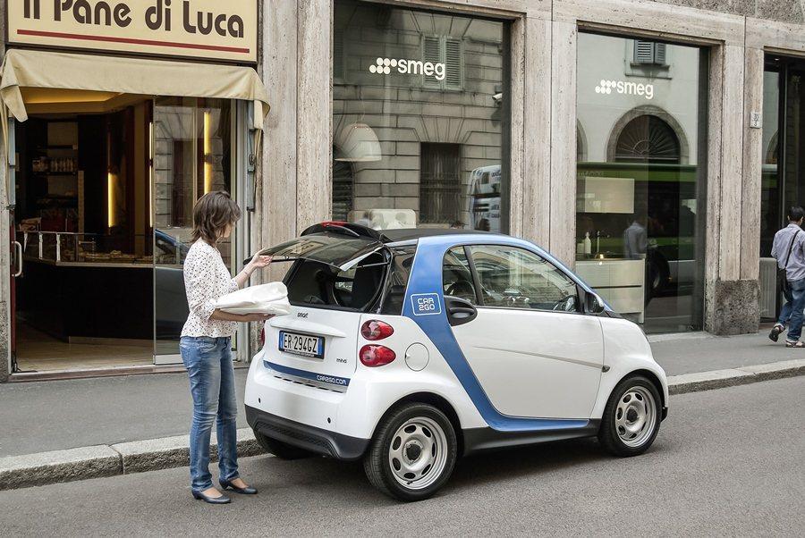 賓士汽車集團下的Car2go系統,讓人們以計時租乘都會小車代步,既可省下停車費,更省去養車的麻煩。 圖/Car2go提供