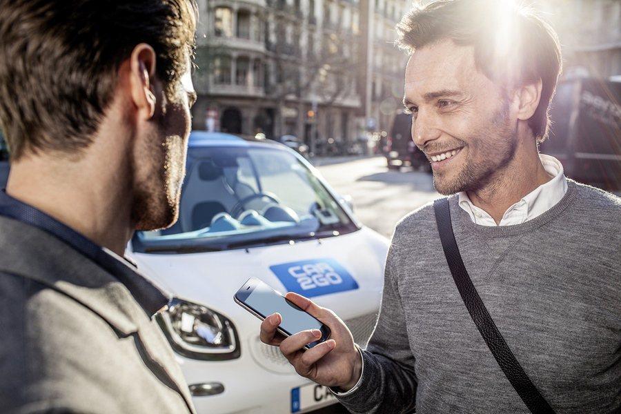 Car2go就是利用智慧手機做為平台,消費者要用車人更隨時、隨地,利用手機查詢近近有Car2go的車子可以利用,並利用手機訂車和付款,用完車還可以在任一停車場還車。 圖/Car2go提供