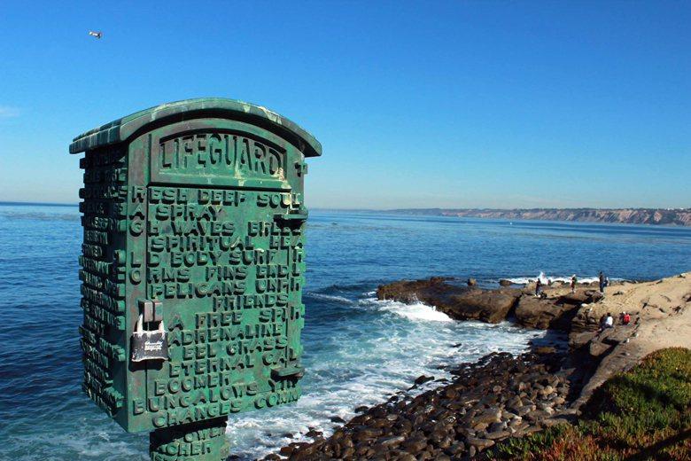 美國聖地牙哥的海灘。沒有人員駐守限制大家不得接近危險海域,只有大大的注意事項,告...