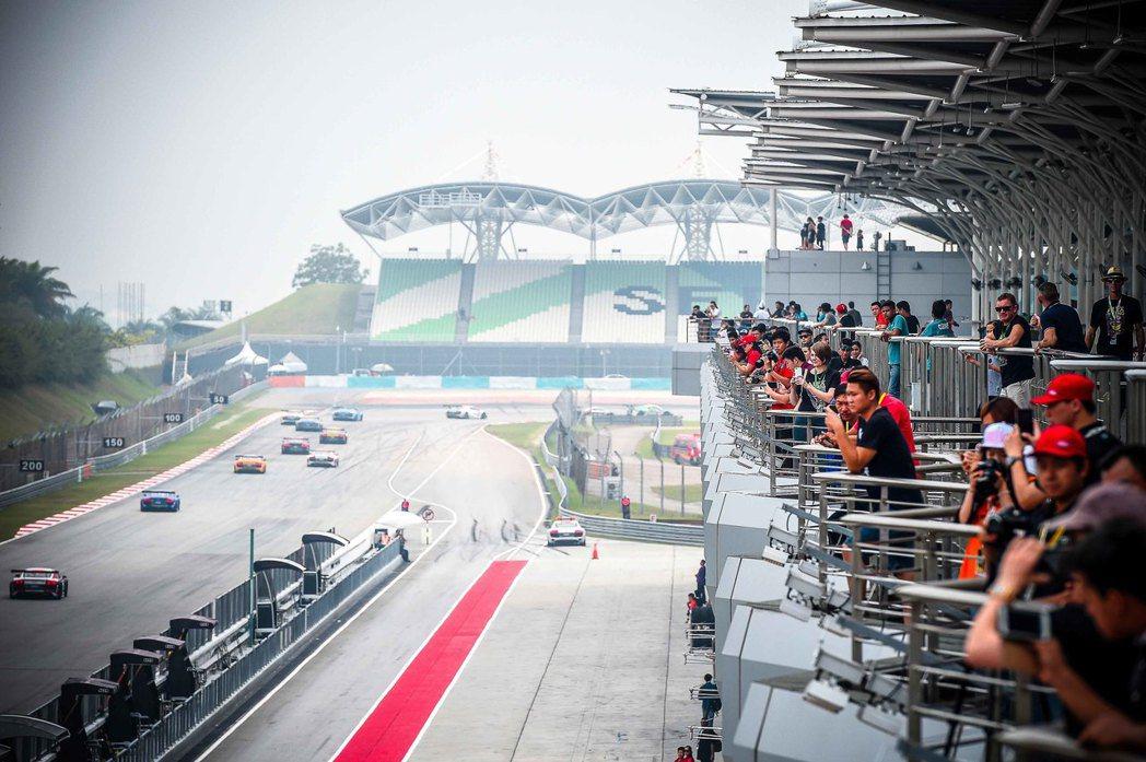 業餘組之爭同樣精彩,韓國車手金載浣成功贏得兩回合業餘組的桿位起跑位置,不過仍未能...