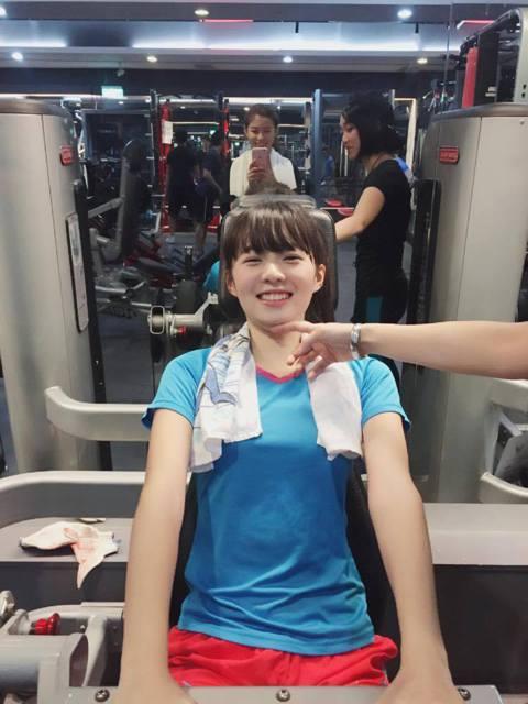 在電影《我的少女時代》中演校花陶敏敏的簡廷芮,因為臉蛋總是有點嬰兒肥,所以她很努力運動健身,她在臉書上分享一張在健身運動的照片,不過卻意外擠出雙下巴,讓她大呼:「這個器材不適合我做阿⋯⋯⋯教練~~下...