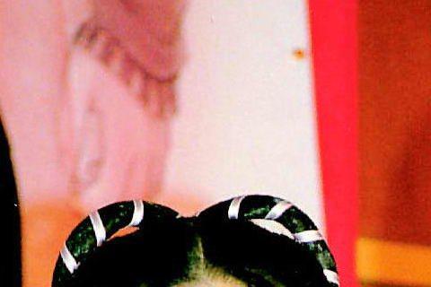 陳柏霖剛出道就穿起古裝扮「楊過」,旁邊的小龍女則是由王宇婕扮演,不過這不是在演戲,而是代言遊戲活動,而且這應該是陳柏霖首次古裝處女扮相喔!