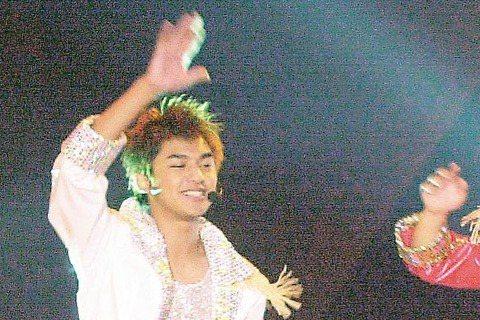 陳柏霖其實還曾組過一個團體叫HC3發行EP,當時他與小鬼(黃鴻升)、還有日本綜藝節目《黃金傳說》的主持人遠藤章造,組成這個期間限定團體,最後還在台北南港101開演唱會!瞧瞧這三人穿得多花俏!