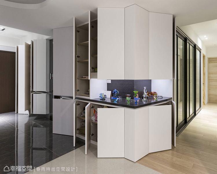 ▲將玄關進入客廳的L型牆面,在客變時期預先規劃為收納櫃,化解轉角的銳利感,中間的...