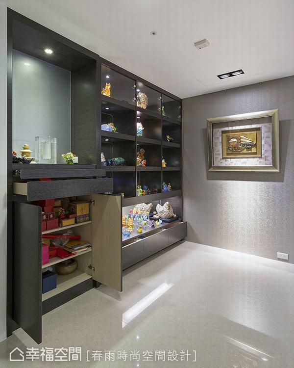 ▲稍微後退牆面,預留為展示櫃空間,局部玻璃門片的設計方式,方便日後展示品的更換,...
