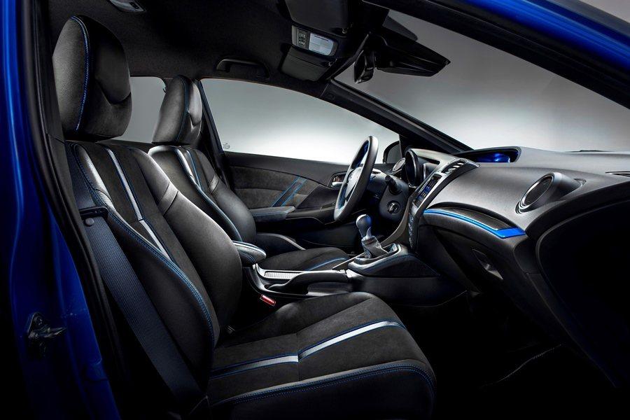 內裝也結合客製化的概念,皮革包覆的方向盤和排檔桿,前座則是絨布與皮革雙材質混搭,座椅包覆外側並有藍色管狀車縫。 圖/HONDA提供