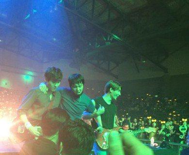 南韓樂團FTISLAND最近正在進行亞洲巡迴演出,主唱李洪基個性一向活潑愛鬧,在演唱會上總是使出渾身解數,不停地在台上跑動嘶吼,帶動全場氣氛,12號的泰國演唱會也不例外,但是他卻在腳踩上音箱時,重心...