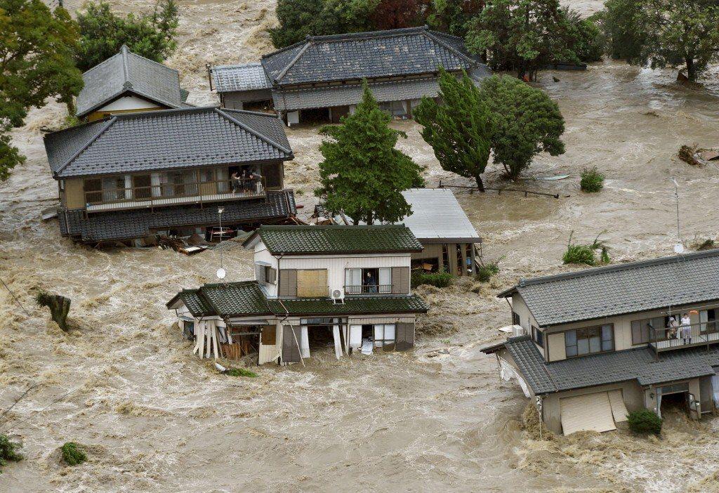 9月11日,茨城縣常總市境內的鬼怒川堤防潰堤,導致堤內淹水成災。 圖/路透社
